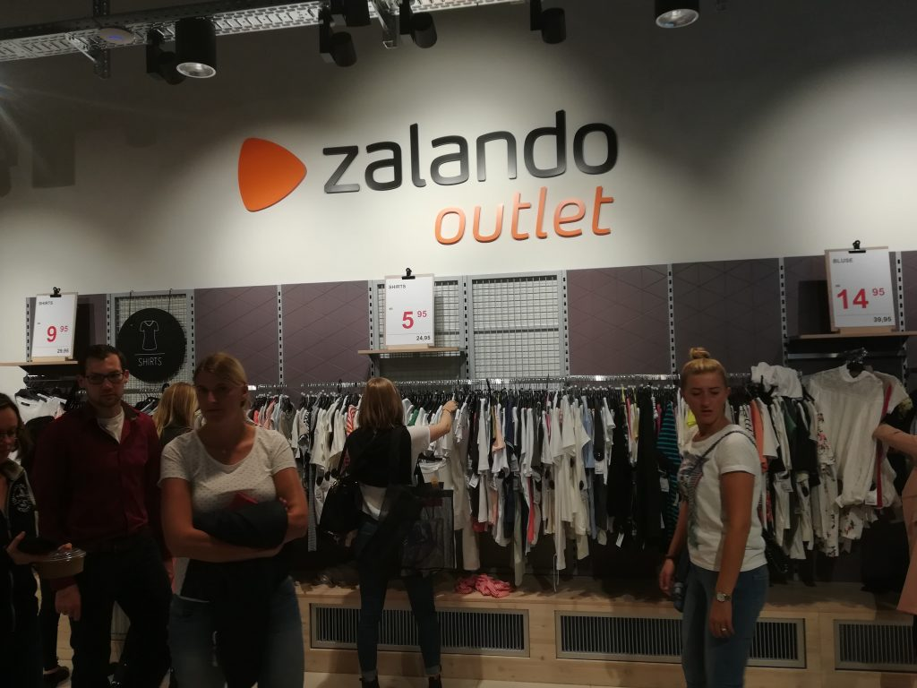 8f6c8ccded3d ... some pictures of various brands, as well as the price tags for these to  give a picture of the prices and the selection in the Zalando Outlet Hamburg .